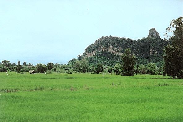Pichit Thailand  city photo : nahe Phitsanulok Reisfelder vor schroffen Kalksteinfelsen